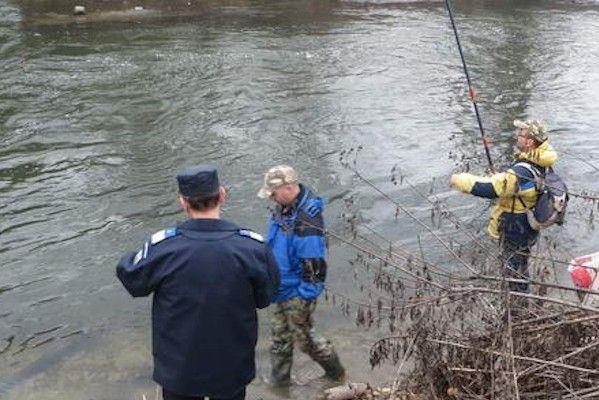Jandarmii sălăjeni împreună cu AJVPS Sălaj au prins un bărbat care pescuia ilegal pe Someș